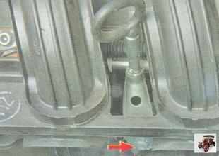 винт крепления кронштейна направляющей указателя уровня масла (щупа)