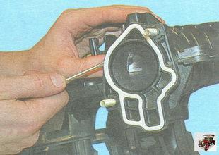 уплотнительную прокладку фланца дроссельного узла