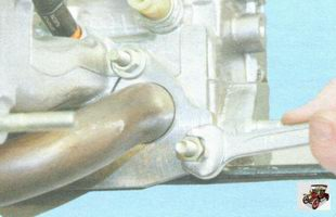 гайки переднего крепления впускного коллектора и катколлектора