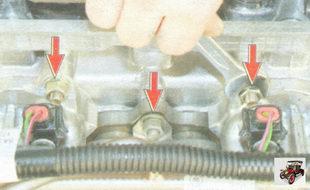 верхние гайки крепления впускного коллектора и катколлектора