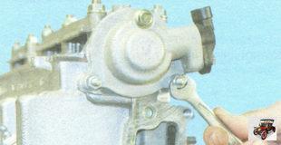 две гайки, болт крепления задней крышки головки блока цилиндров