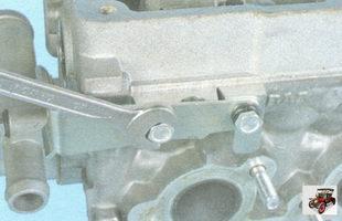 болты крепления кронштейна топливной трубки