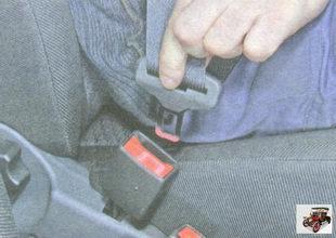 ремнями безопасности передних сиденьях