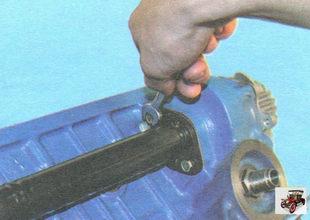 болты крепления подводящей трубы водяного насоса