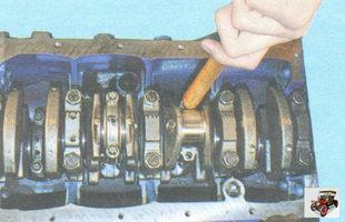 протолкните шатун ручкой молотка внутрь цилиндра