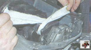 тщательно протрите чистой обтирочной тканью шатунные шейки коленчатого вала