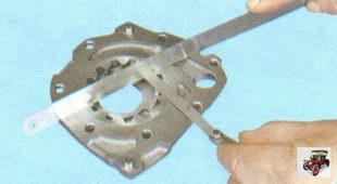 проверка осевого зазора ведомой шестерни масляного насоса