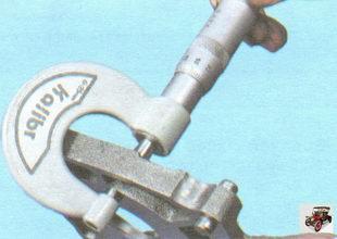 измерьте микрометром толщину крышки масляного насоса по наружным поверхностям