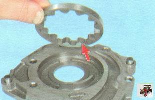 установите ведомую шестерню в крышку масляного насоса