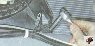 нижний болт крепления кожуха электровентилятора к радиатору