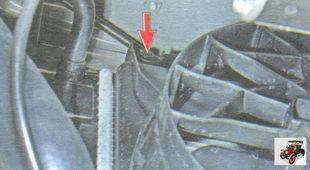 левый верхний болт крепления кожуха электровентилятора к радиатору