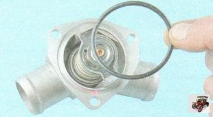 резиновое уплотнительное кольцо в пазу крышки термостата