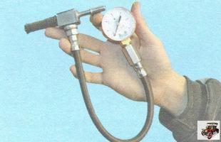 манометром со шлангом для подключения к топливной рампе