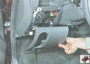 нижняя крышка панели приборов Лада Гранта ВАЗ 2190, под которой расположен монтажный блок предохранителей и реле
