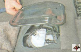 крышка люка над модулем бензонасоса