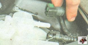 отсоедините от штуцеров модуля бензонасоса (топливного насоса) топливные шланги