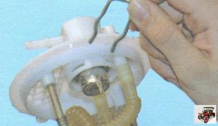 пружинный фиксатор удерживающий регулятор давления топлива