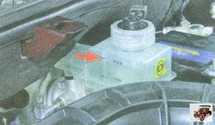 проверка уровня тормозной жидкости в бачке гидропривода тормозной системы