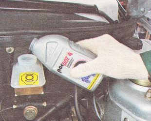 доливаем новую тормозную жидкость в бачок главного тормозного цилиндра