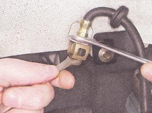 отворачиваем штуцер тормозной трубки