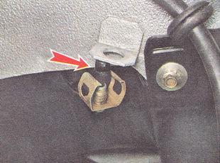 надеваем на конец тормозной трубки защитный колпачок