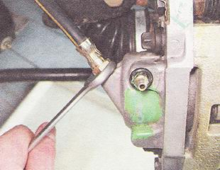 отворачиваем нижний конец тормозного шланга