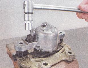 болты крепления подвижной скобы к корпусу тормозного цилиндра суппорта