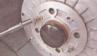 направляющие штифты на заднем тормозном барабане