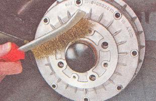 очищаем поверхность тормозного барабана на ступице