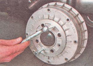 спрессовываем тормозной барабан со ступицы