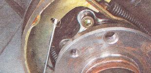 прижимная пружина передней тормозной колодки заднего колеса