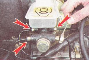 ослабляем затяжку штуцеров четырех тормозных трубок главного тормозного цилиндра