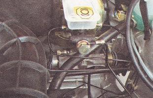 отводим тормозные трубки от главного тормозного цилиндра