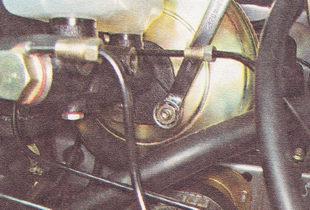 гайки крепления главного тормозного цилиндра к корпусу вакуумного усилителя тормозов