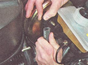 шланг подвода разрежения патрубка обратного клапана вакуумного усилителя тормозов