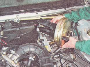 снимаем вакуумный усилитель тормозов в сборе с кронштейном и педалью тормоза