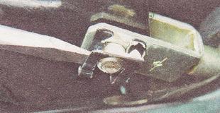 фиксирующая скоба пальца вилки штока вакуумного усилителя