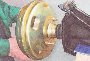 снимаем вакуумный усилитель тормозов с кронштейна