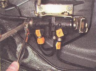 ослабляем затяжку штуцера тормозной трубки