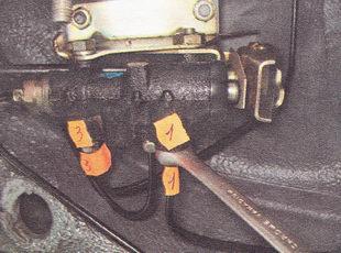 ослабляем затяжку штуцеров трех тормозных трубок, подходящих к регулятору давления с боку