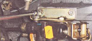 гайки крепления кронштейна регулятора давления задних тормозов к кузову автомобиля