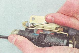 задний болт крепления регулятора давления к кронштейну