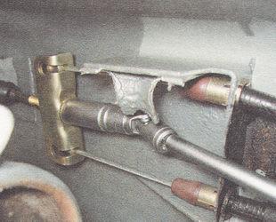 отворачиваем контргайку и регулировочную гайку и снимаем их с тяги ручного тормоза