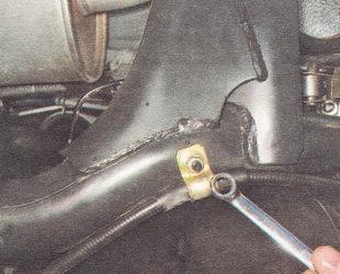 гайка кронштейна крепления троса ручника к рычагу заднего моста