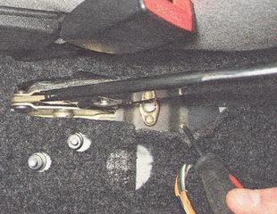 саморез переднего крепления кронштейна выключателя контрольной лампы включения ручного тормоза