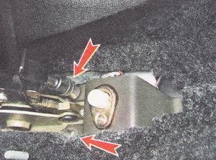 два болта заднего крепления кронштейна выключателя контрольной лампы включения ручного тормоза
