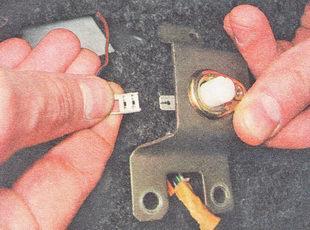 отсоединяем наконечник провода от вывода выключателя контрольной лампы включения ручного тормоза