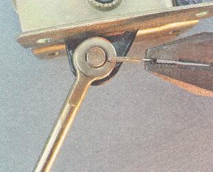 снимаем с пальца шайбу и регулировочную тягу ручного тормоза