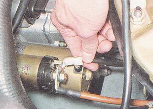 отсоединяем разъем провода от вывода тягового реле стартера