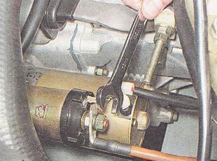 отворачиваем гайку крепления наконечника силового провода стартера
